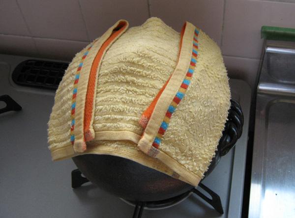 伊賀ごはん鍋にタオルをかけている写真