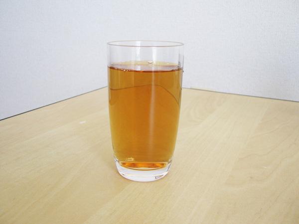 グラスに入った柿の葉茶の写真