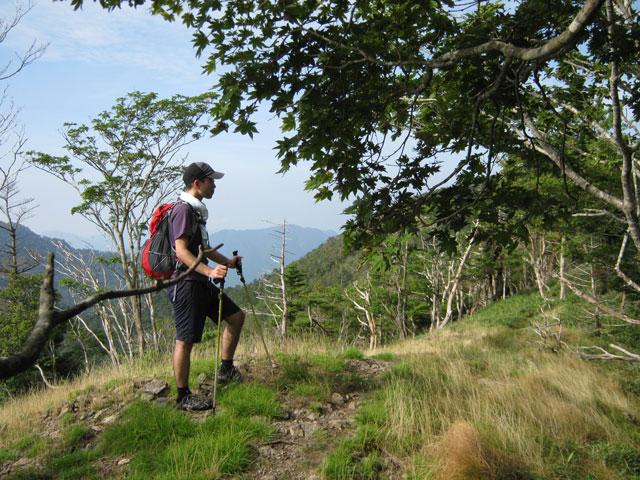稜線上で佇む登山者