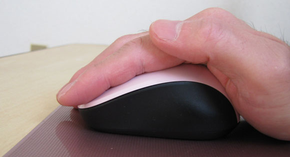 マイクロソフトのマウスを手で動かしている写真